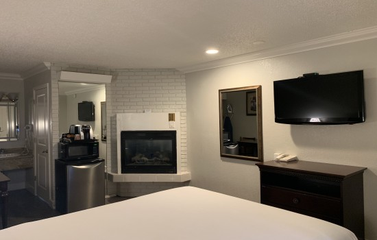 StarGazer Inn and Suites - Queen Fireplace